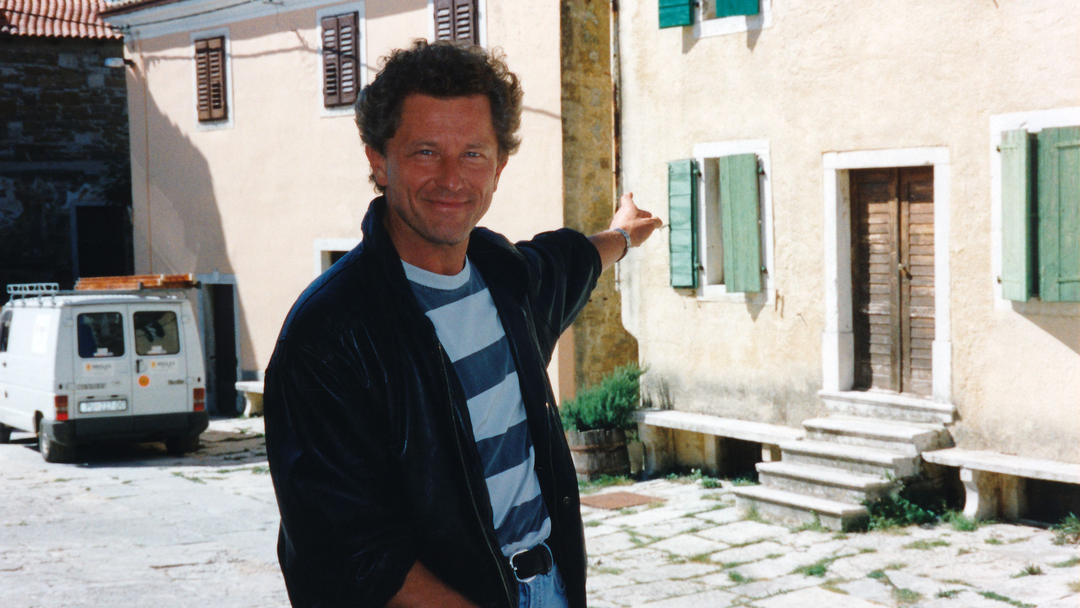 """Miroslav Nemec zeigt das Haus in Oprtalj/Istrien, das er dank """"Sternstunden"""" kaufen konnte."""