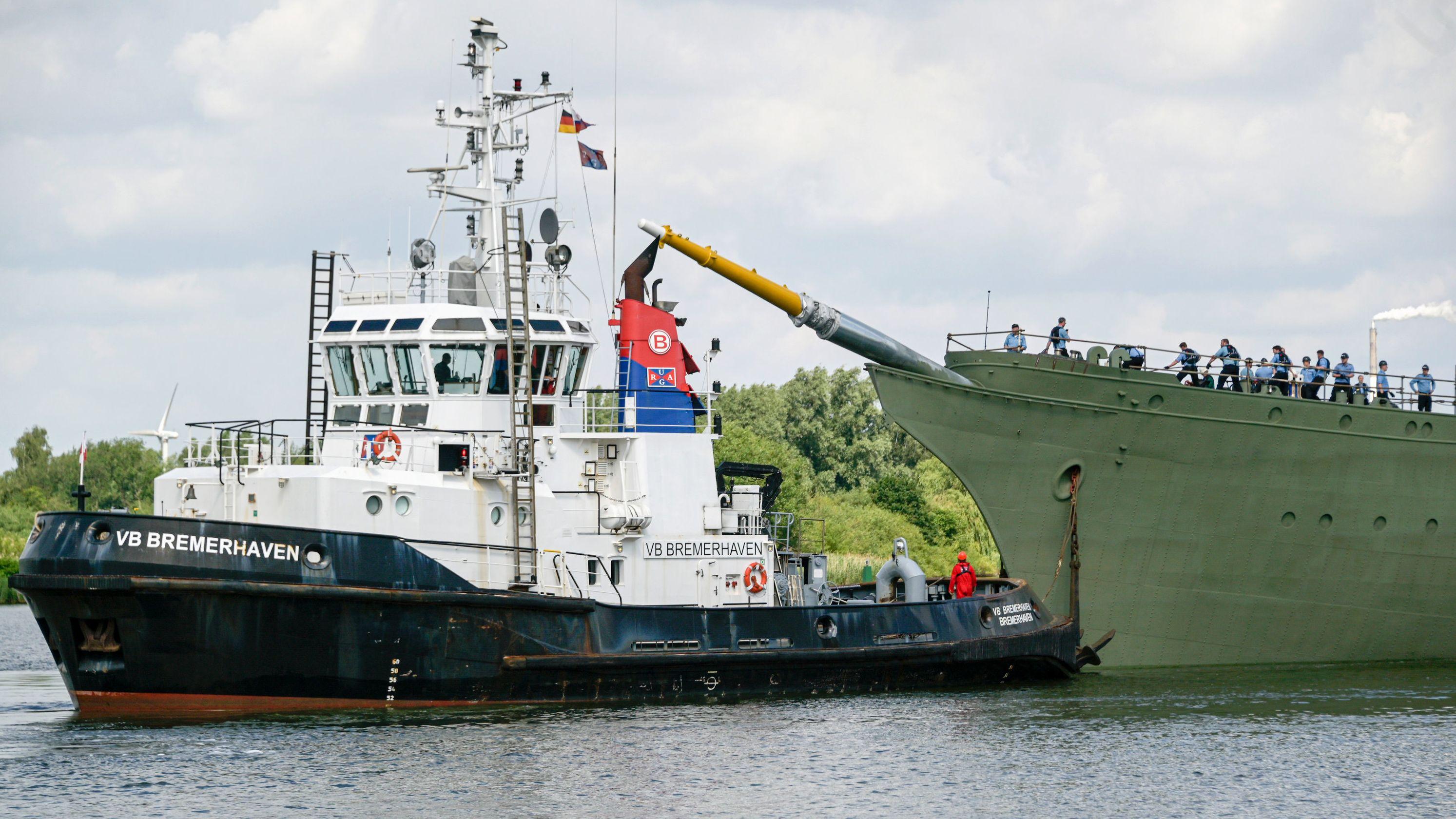 """21.06.2019, Bremerhaven: Das Marine-Segelschulschiff """"Gorch Fock"""" wird aus einem Dock der Bredo-Werft von einem Schlepper (l) ausgedockt."""