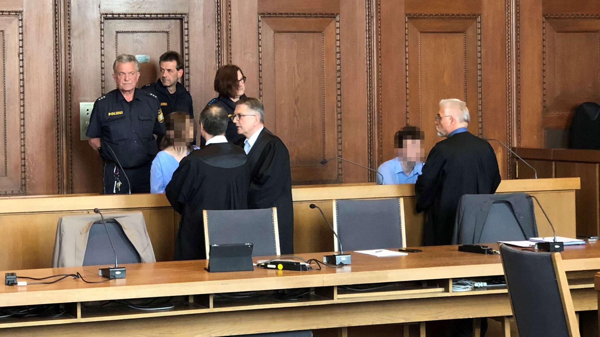 Die beiden Angeklagten mit ihren Verteidigern im Gerichtssaal