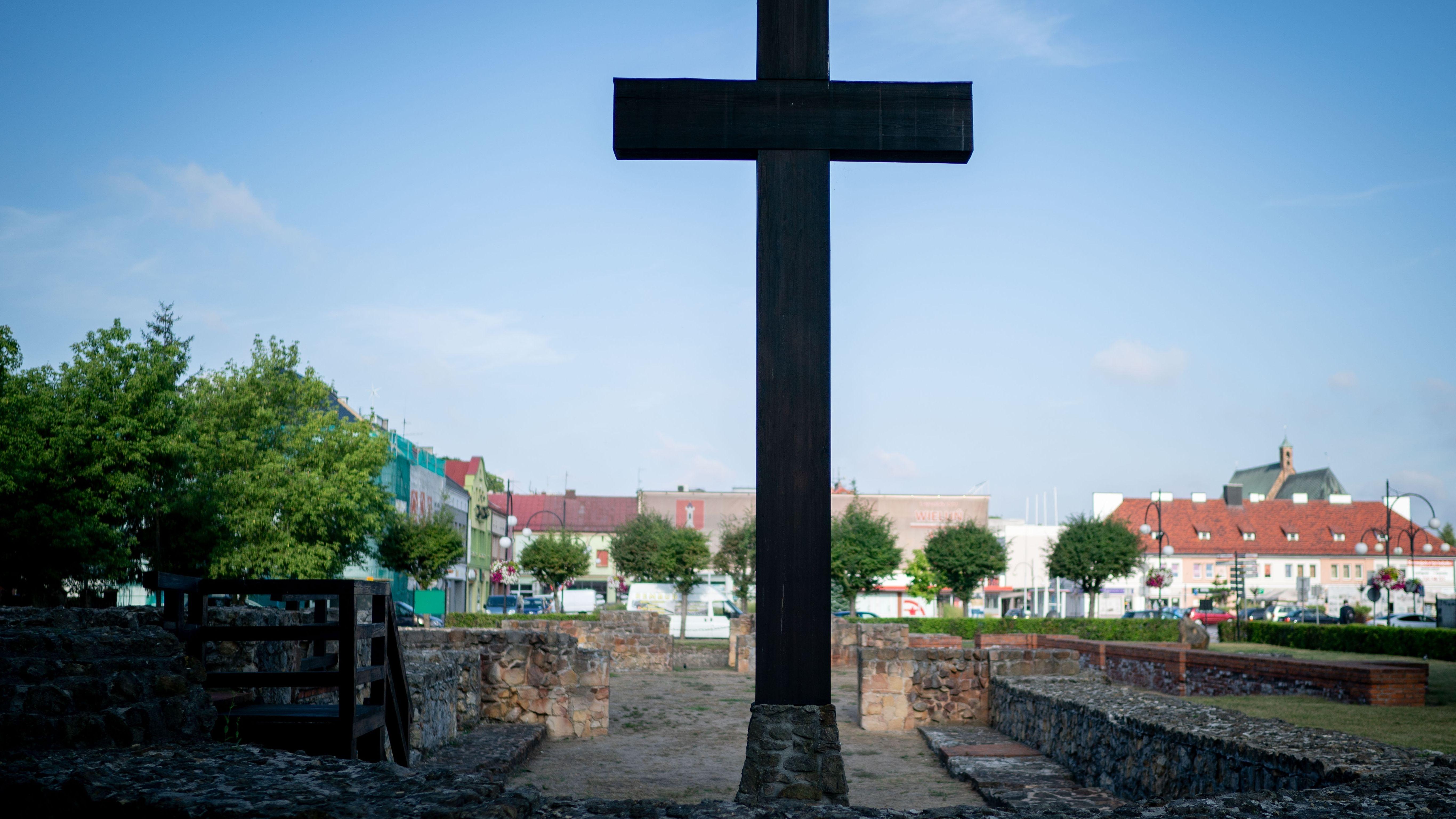 Ein Kreuz in einer Ruine erinnert an eine polnische Kirche, die zu Beginn des 2. Weltkriegs zerstört wurde.