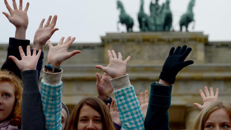 Jugendliche vor dem Brandenburger Tor | Bild:pa/dpa/