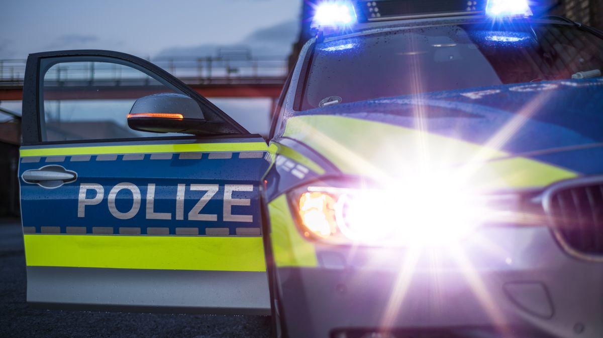 Ein parkender Polizeiwagen mit Blaulicht