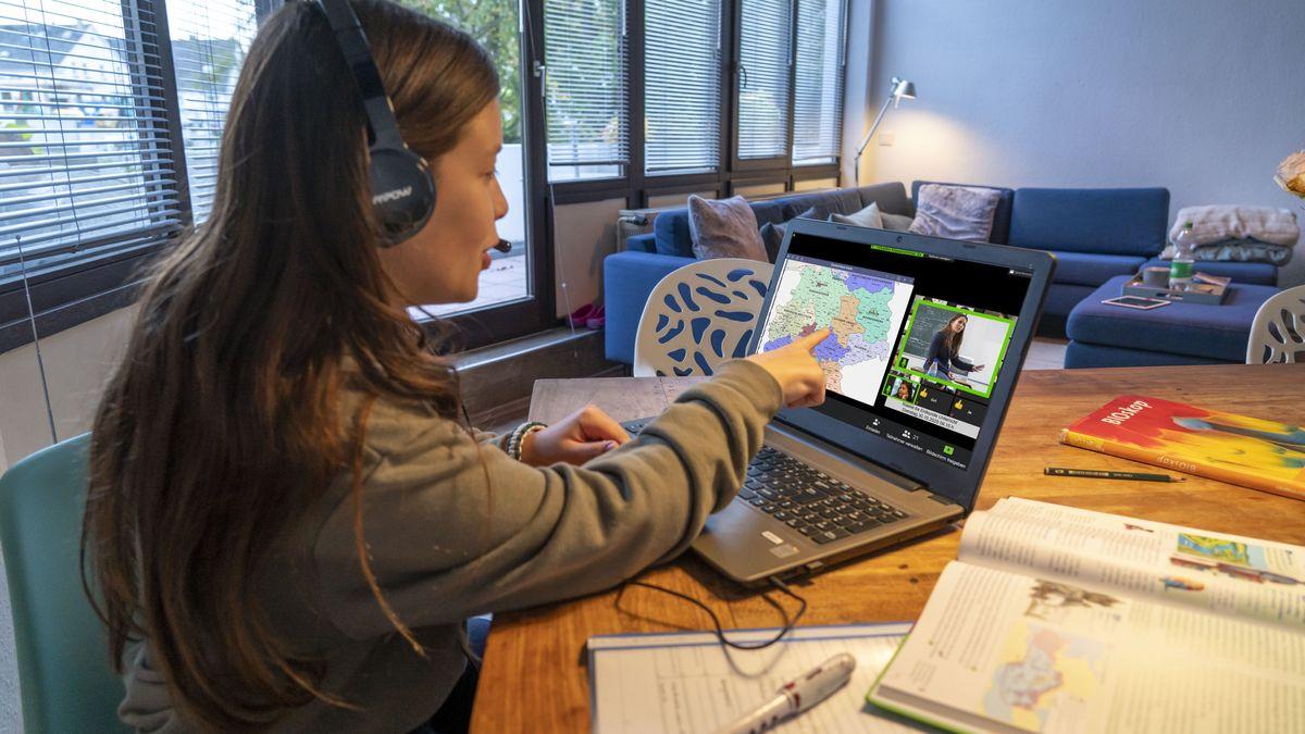 Ein Mädchen lernt zu Hause per Homeschooling.
