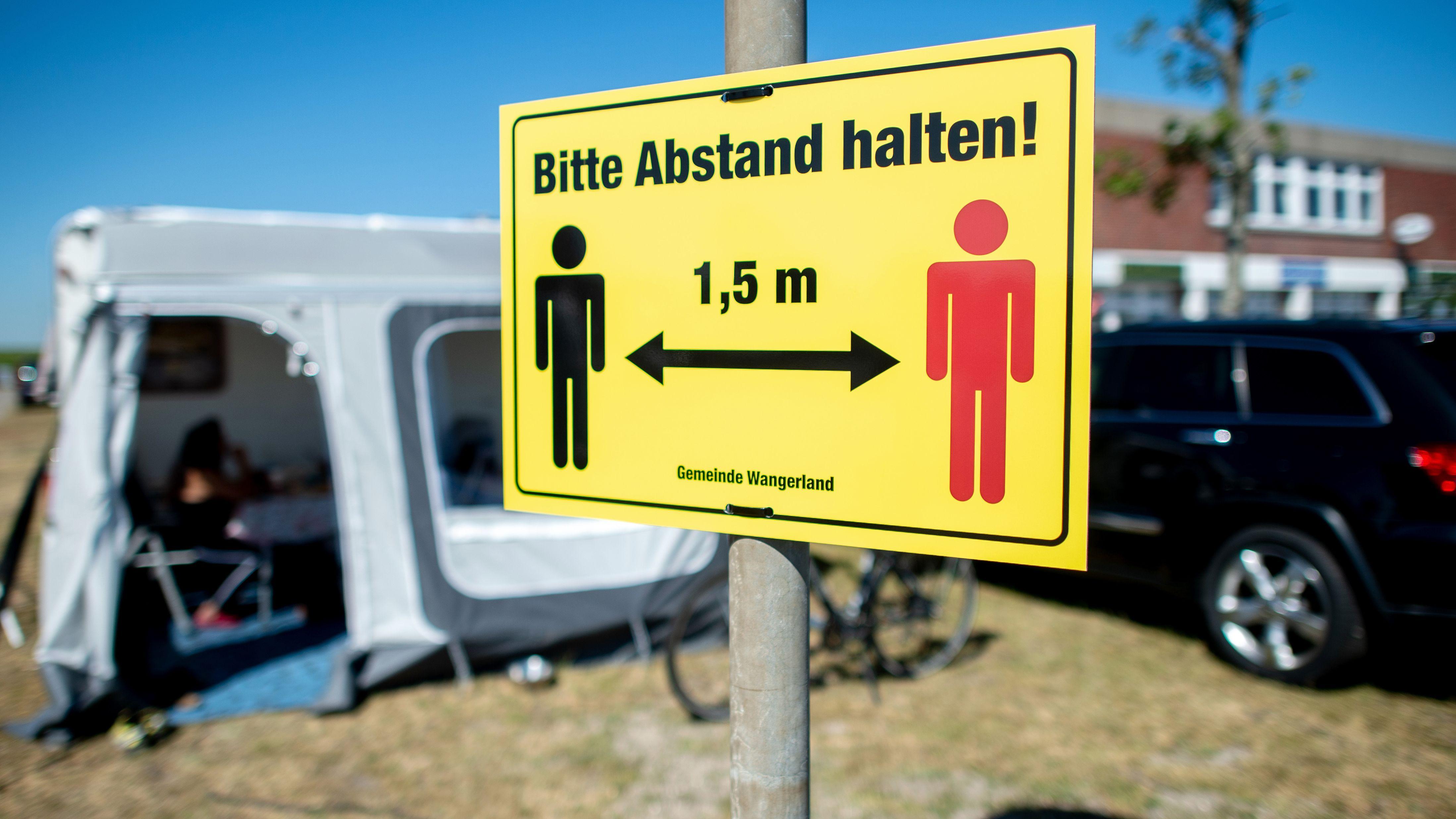 """Niedersachsen, Hooksiel: Ein Schild mit der Aufschrift """"Bitte Abstand halten"""" hängt auf dem Campingplatz des Ortes."""