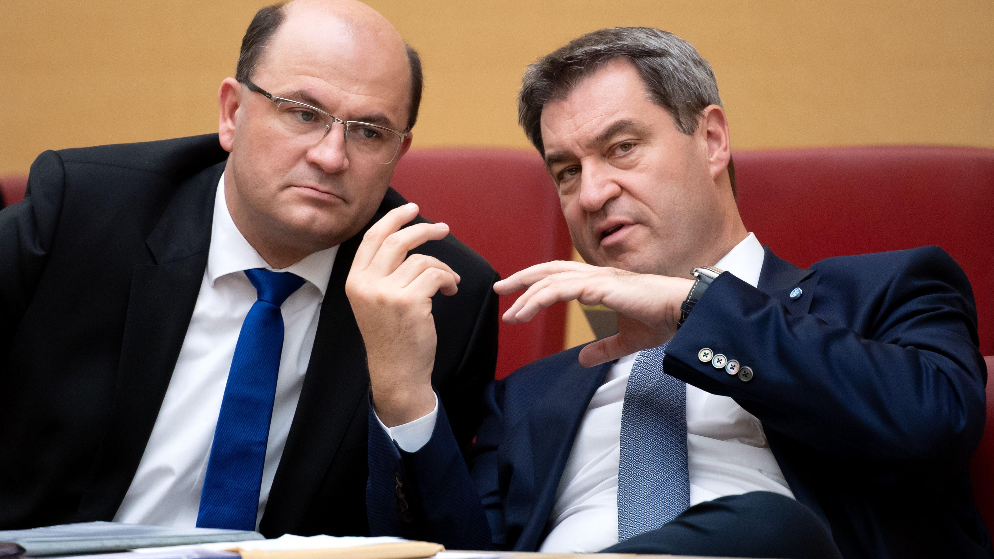 Markus Söder (r, CSU), Ministerpräsident von Bayern, und Albert Füracker (CSU), Finanzminister von Bayern, nehmen im bayerischen Landtag an einer Plenarsitzung teil.