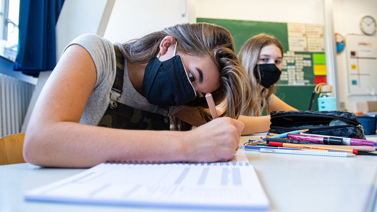 Zwei Schülerinnen mit Maske im Unterricht