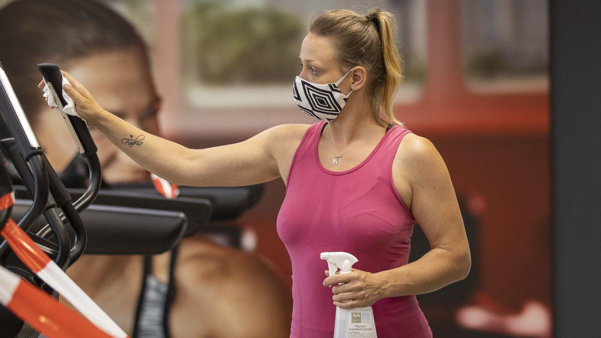 Frau mit Maske im Fitnessstudio