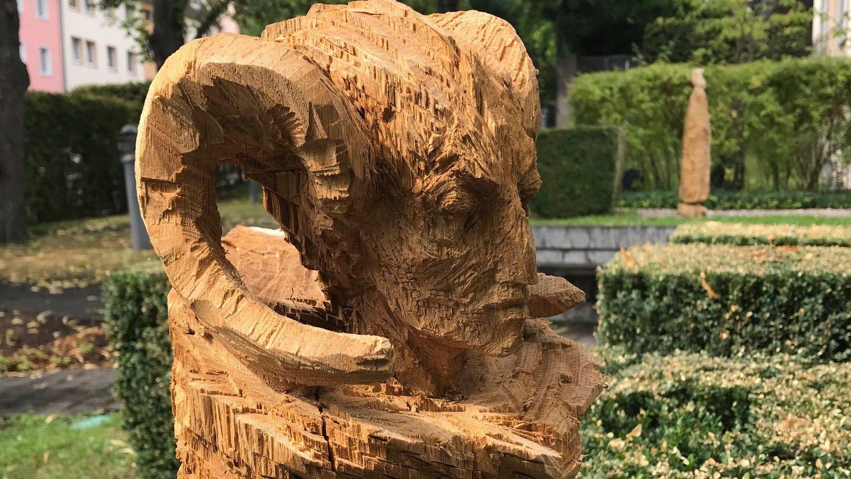 Tucherschloss Nürnberg: Ausstellung mit Holzskulpturen von Stefan Schindler