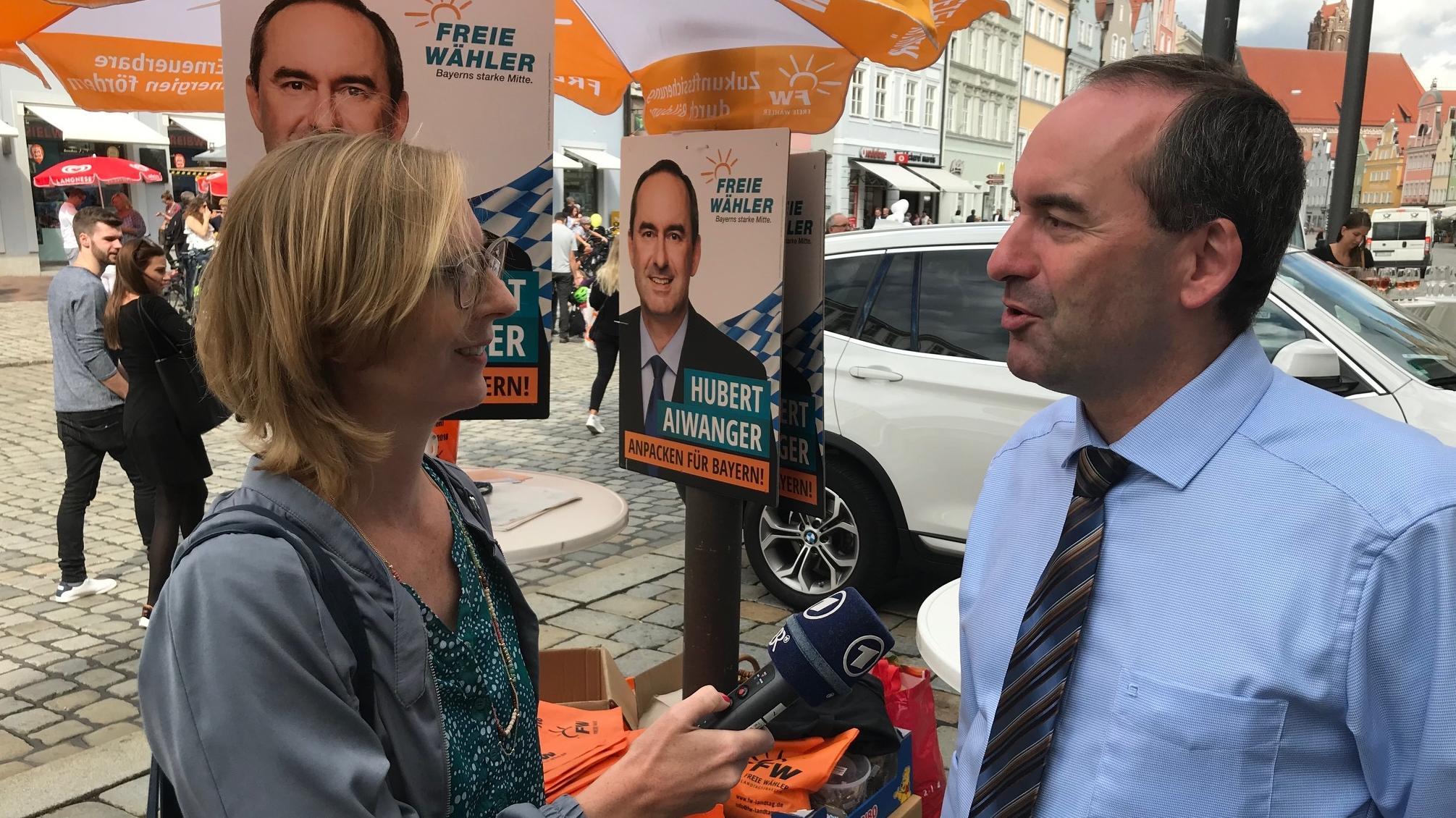 BR-Reporterin Regina Kirschner im Gespräch mit Aiwanger.