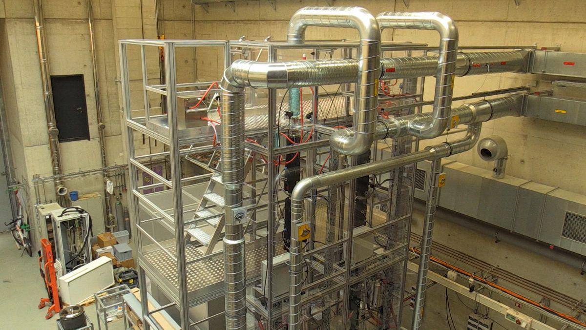 Die 20 Meter hohe Demonstrationsanlage für die Herstellung von synthetischem Kraftstoff.