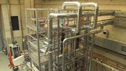 Die 20 Meter hohe Demonstrationsanlage für die Herstellung von synthetischem Kraftstoff.   Bild:BR/Sarah Beham