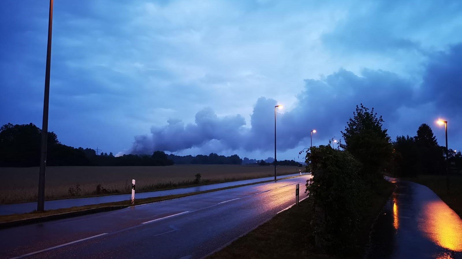 Weithin sichtbar ist die große Rauchwolke im Münchner Westen in den frühen Morgenstunden