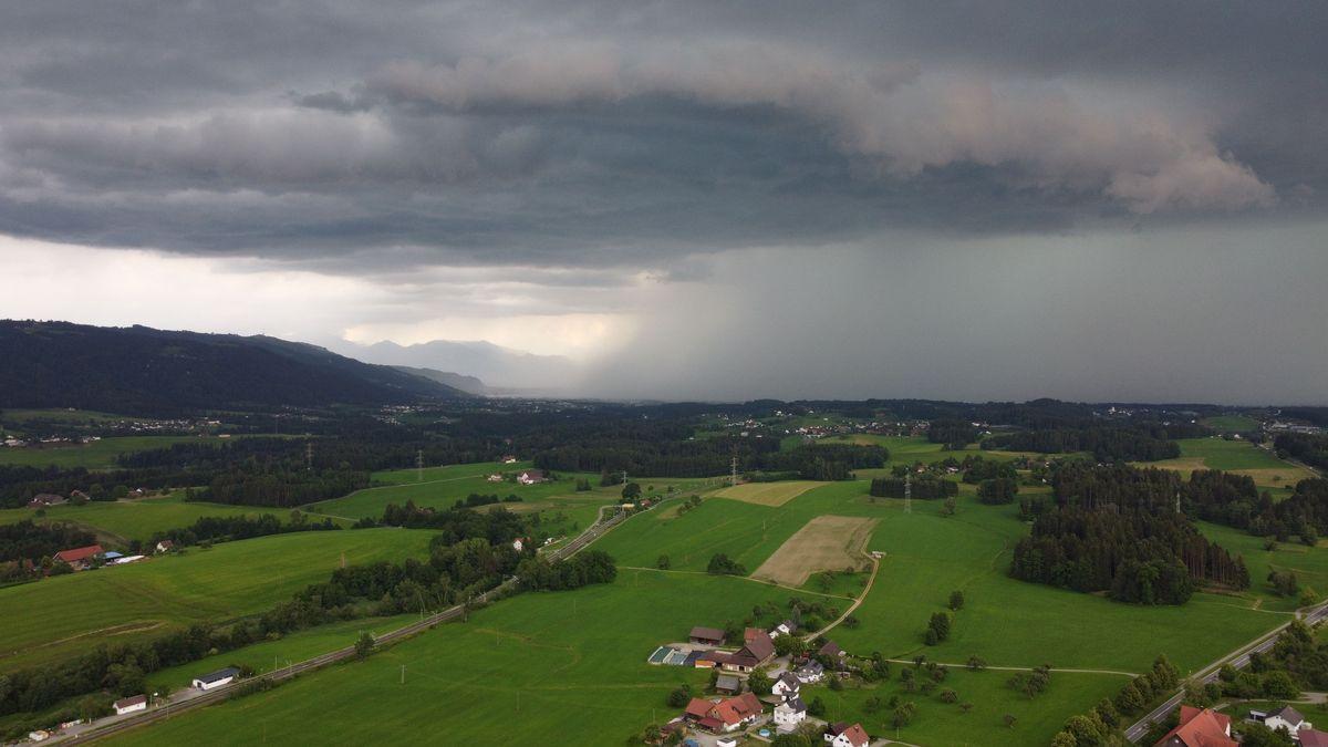 Gewitterwolken ziehen am 13. Juni 2020 in Fischen im Allgäu auf.