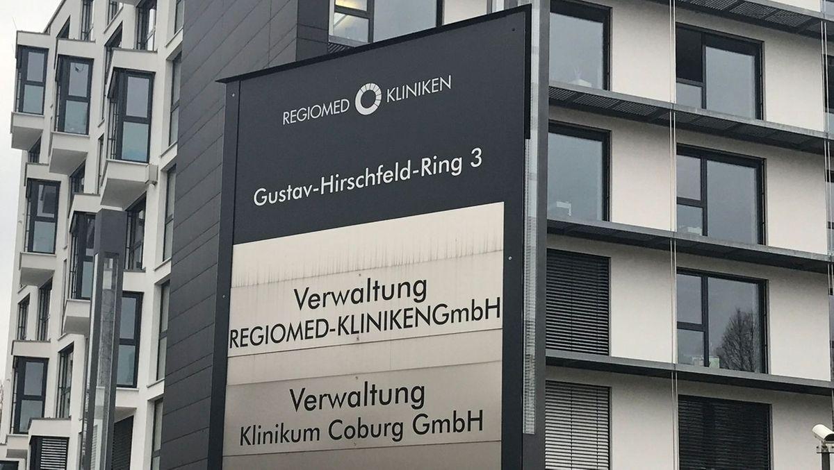Schild vor einer Regiomed-Verwaltung.