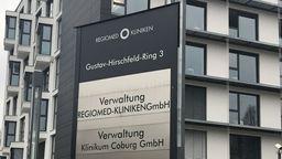 Schild vor einer Regiomed-Verwaltung.   Bild:BR/Richard Krill