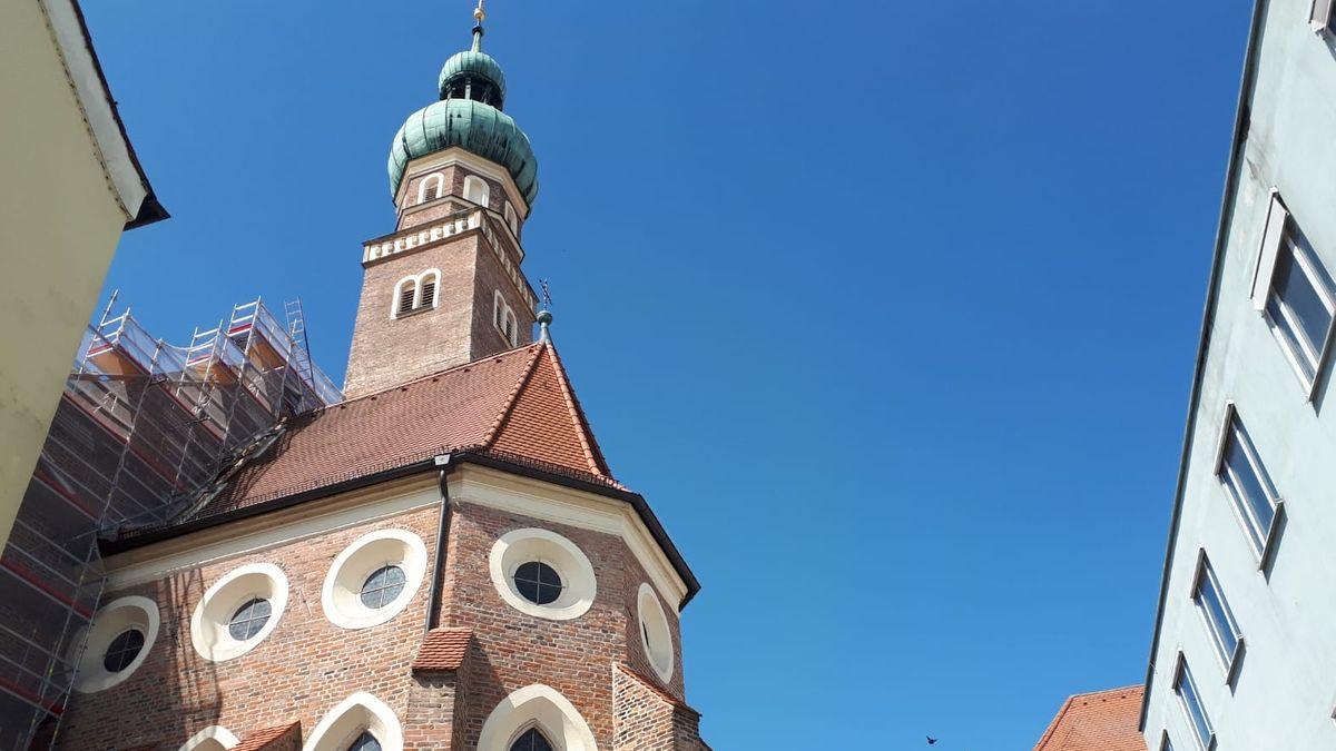 Ein Teil der Filialkirche St. Veit Straubing mit Baugerüst