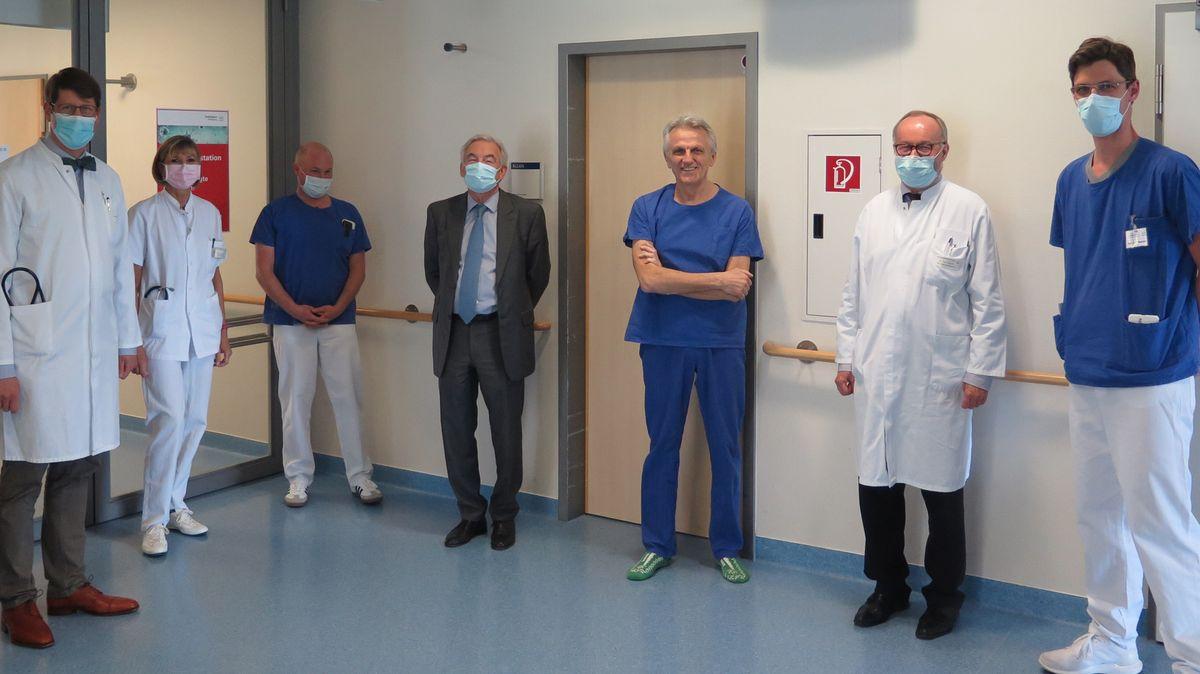 Der italienische Patient Giacomo C. mit Ärzten und Pflegern in Würzburg