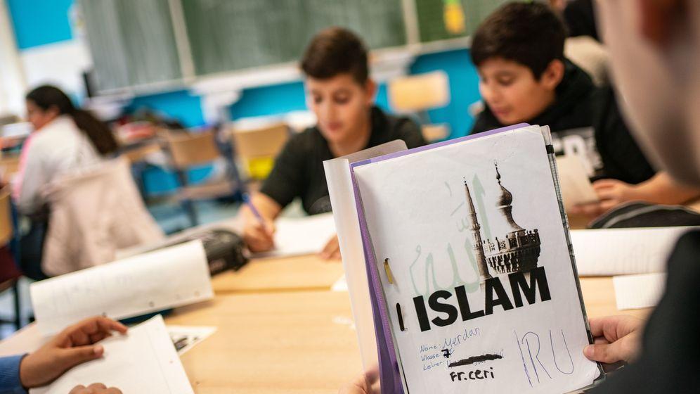 Symbolbild einer Szene zum Islam-Unterricht in der Schule.   Bild:picture alliance/Frank Rumpenhorst/dpa