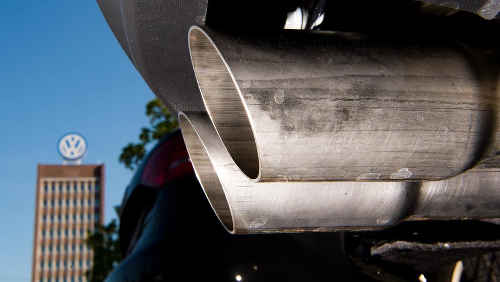 Auspuff eines Volkswagens vor VW-Werk | Bild:dpa-Bildfunk/ Foto: Julian Stratenschulte