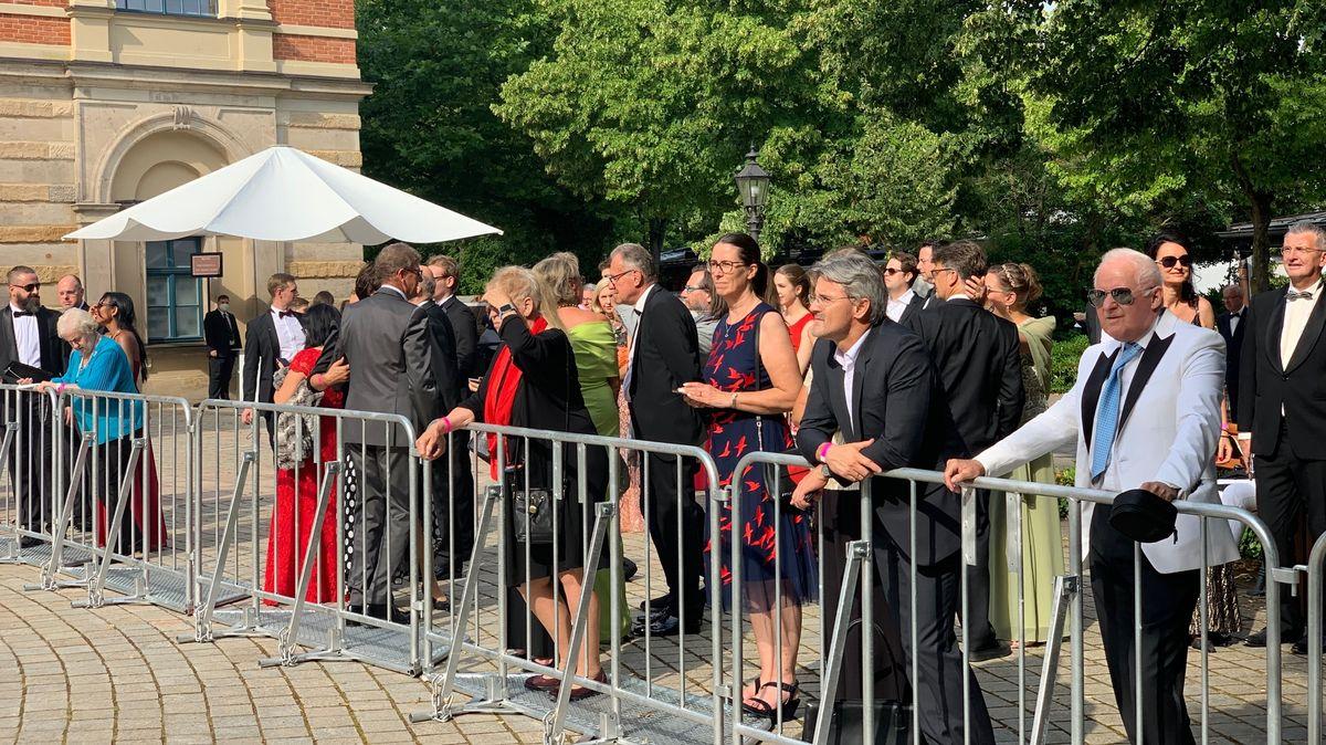 Zaungäste mal anders: Hier stehen die Premierengäste. Viele Schaulustige warteten indes zum Teil mehrere Stunden unter anderem auf…
