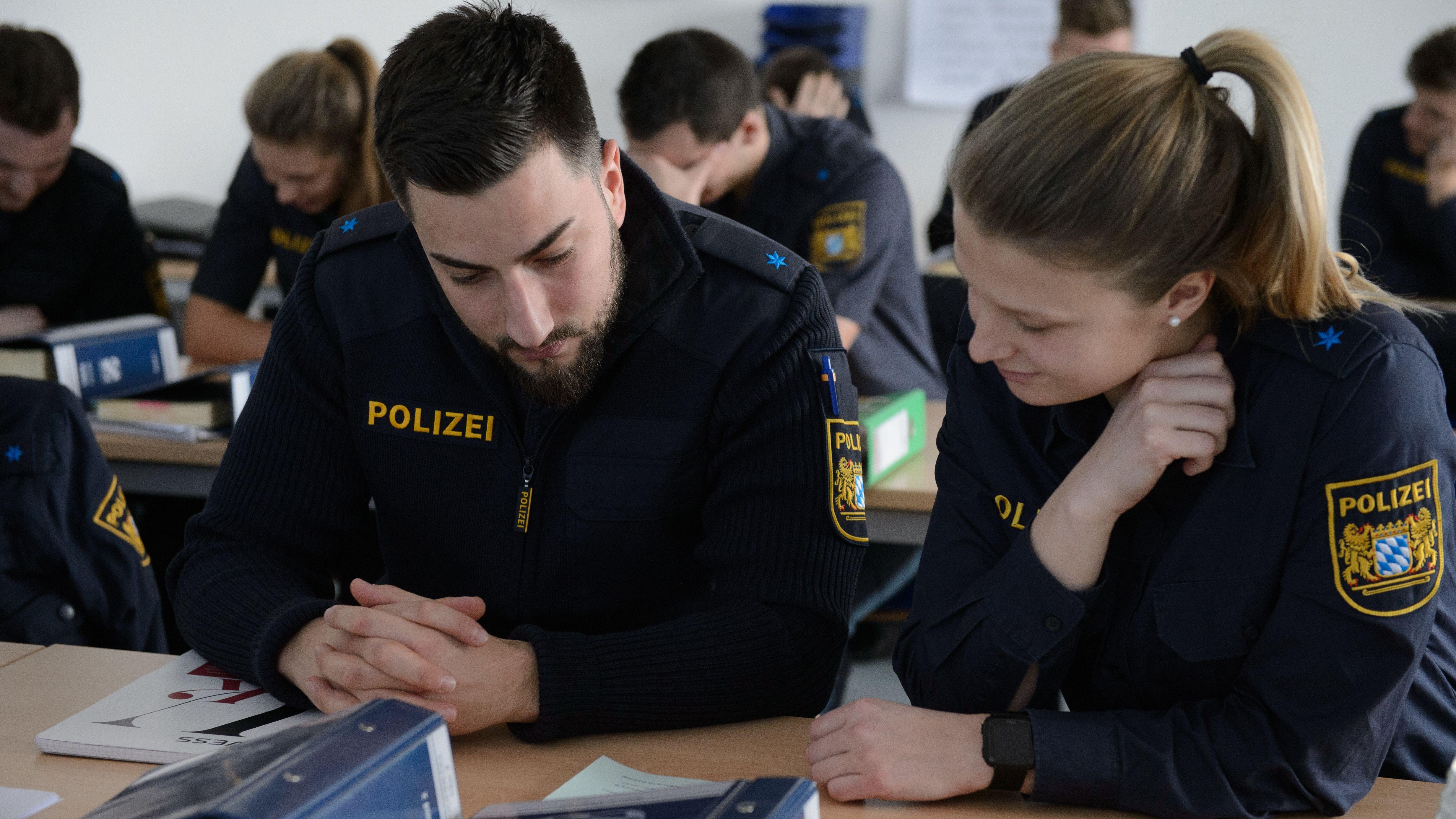 Eine Polizeioberwachtmeisterin und Polizeioberwachtmeister mit Migrationshintergrund