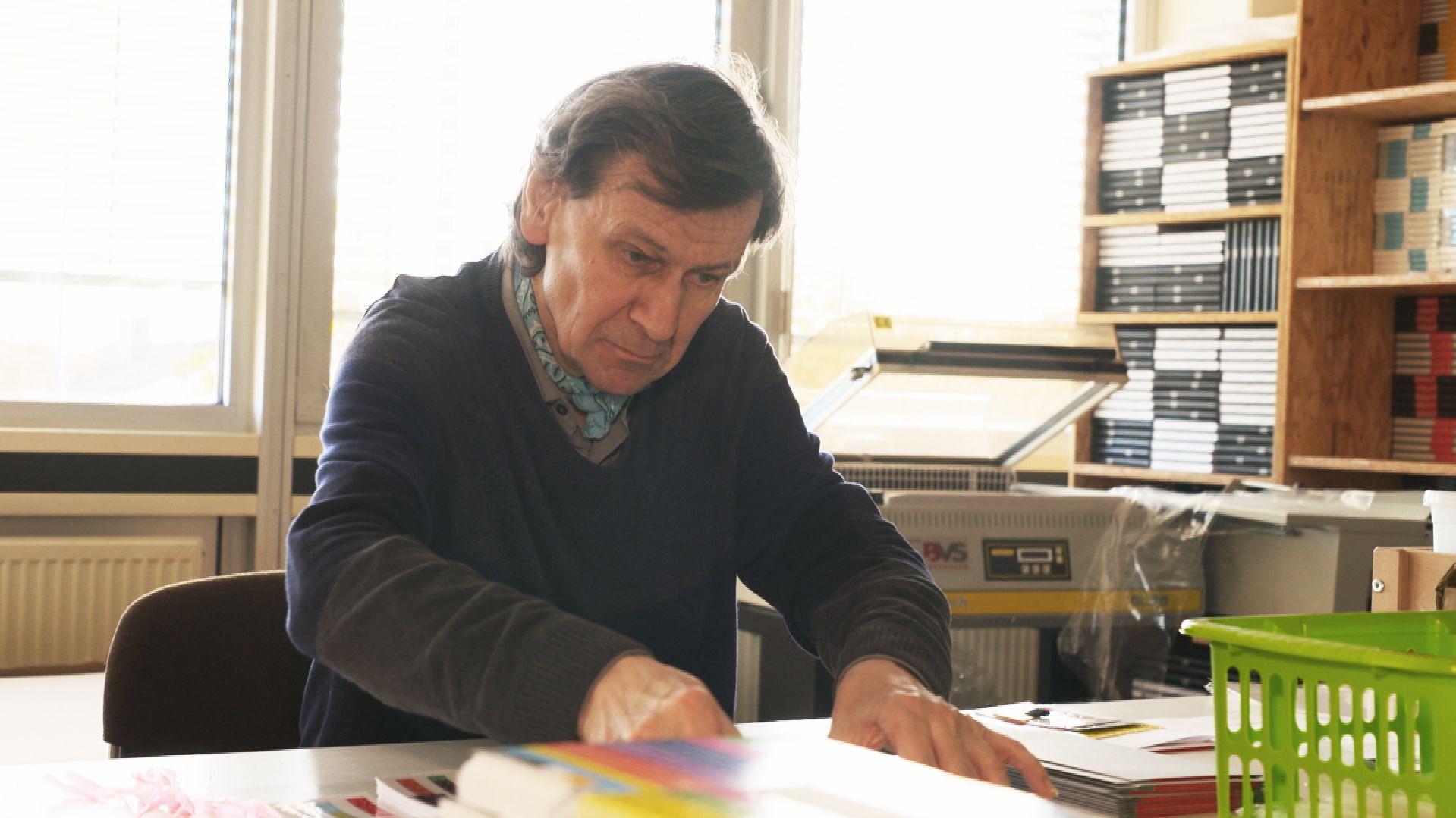 Franz Huber sitzt am Schreibtisch