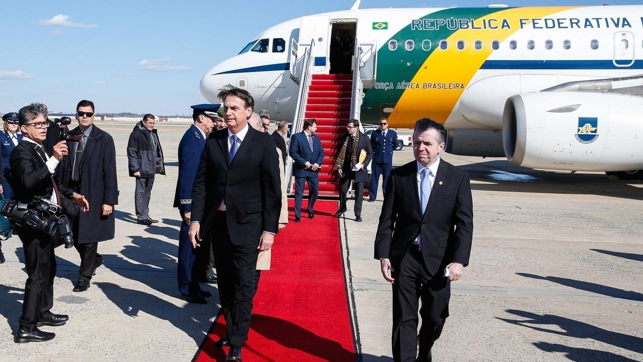 18.03.2019, USA, Maryland: Brasiliens Staatspräsident Jair Bolsonaro (M l)kommt am Militärflugplatz der US Air Force Joint Base Andrews an - zwei Tage vor seinem Treffen mit US-Präsident Trump in den USA angekommen.