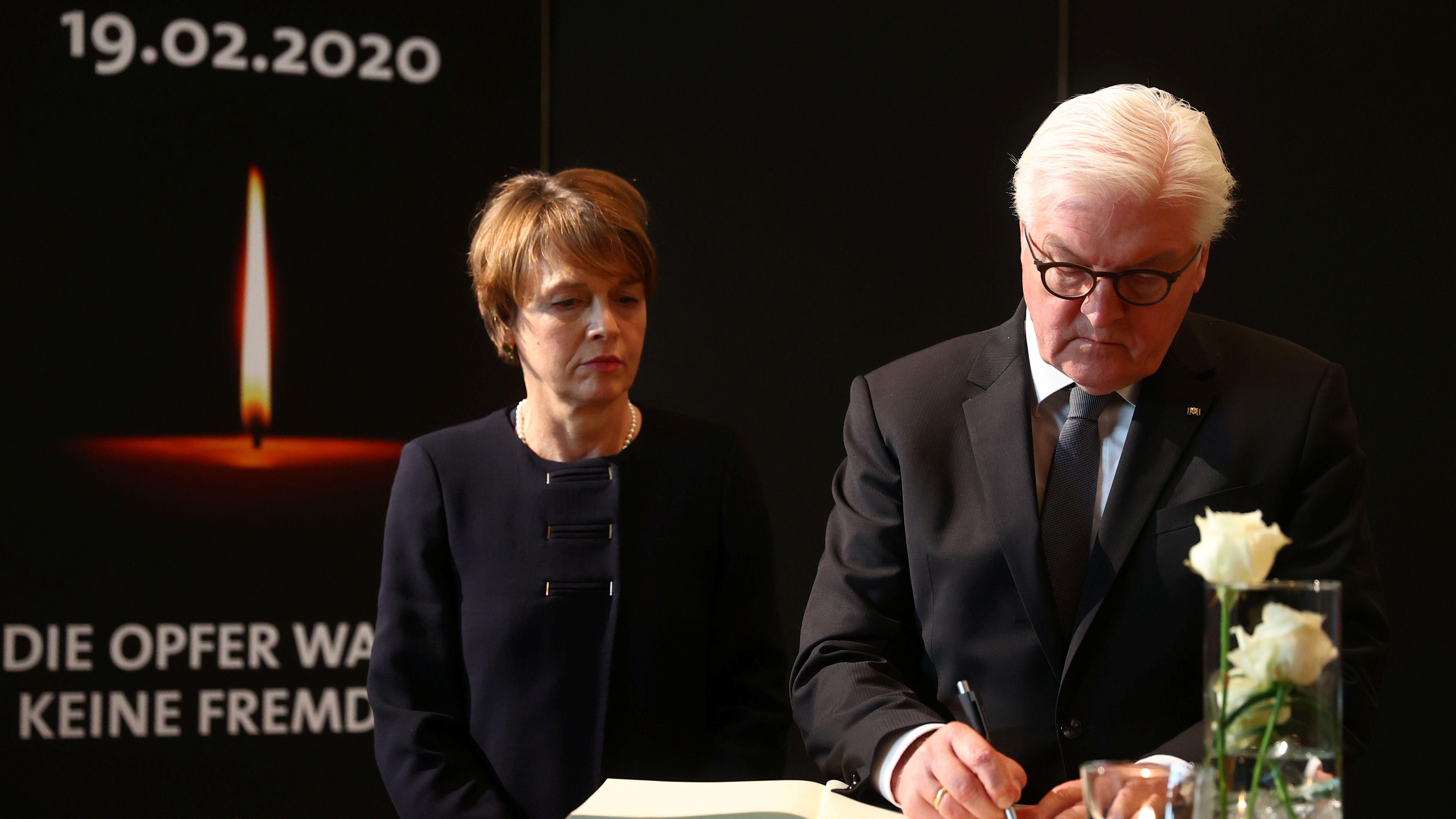 Bundespräsident Frank-Walter Steinmeier, begleitet von seiner Ehefrau Elke Büdenbender,unterschreibt das Kondolenzbuch bei der Gedenkfeier für die Opfer