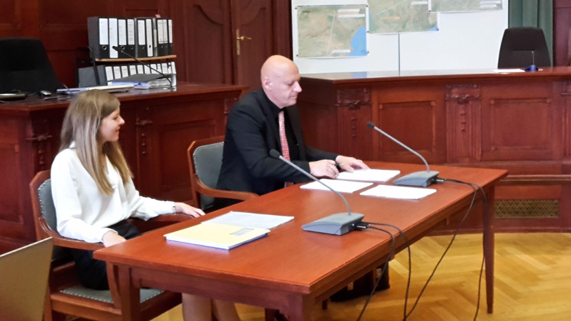 Zwei Gutachter sitzen im Landgericht Bayreuth an einem Tisch und stellen ihr Gutachten über den angeklagten Lkw-Fahrer vor, der die Tramperin Sophia Lösche ermordet haben soll.
