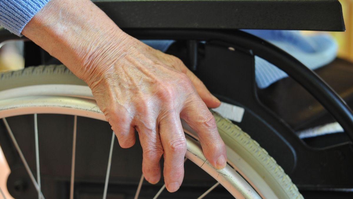 Archivbild zu Multipler Sklerose: Eine Frau sitzt im Rollstuhl