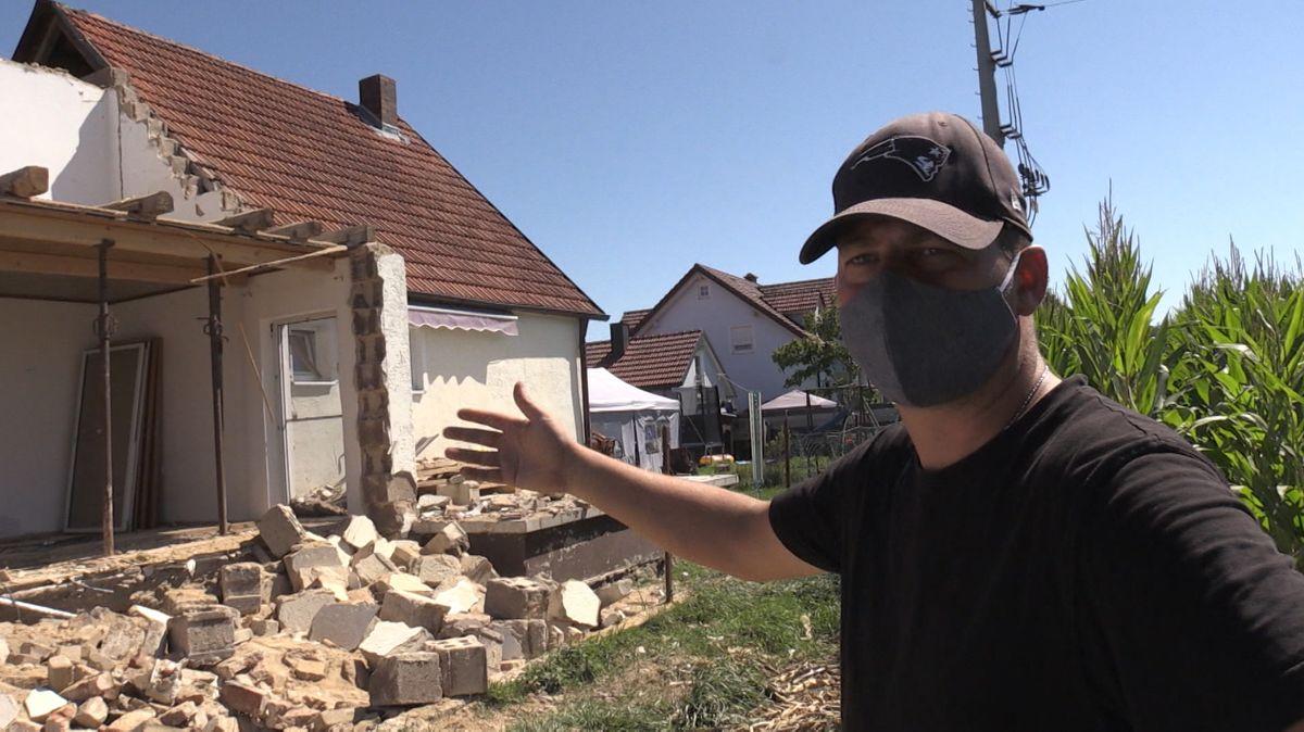 Für eine Familie aus Pirkensee im Landkreis Schwandorf wurde der Traum vom Eigenheim zum Alptraum. Als die Familie friedlich schlief stürzte plötzlich ein Teil ihres Hauses ein. Das war vor einem Monat. Wie geht es den Betroffenen heute?
