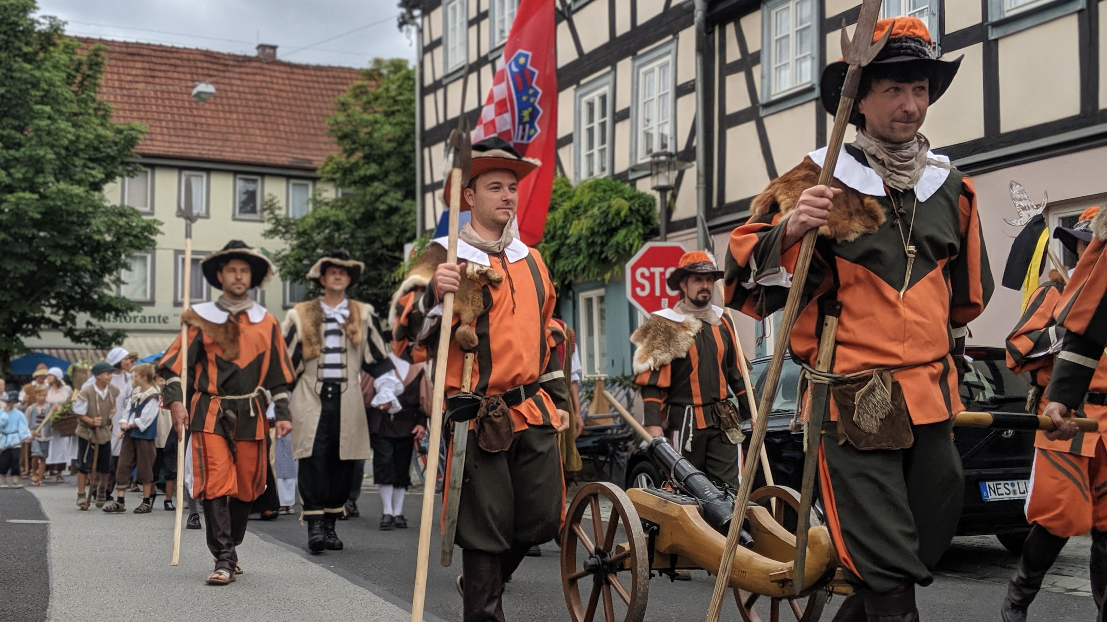 Teilnehmer eines Festumzugs in historischen Kostümen