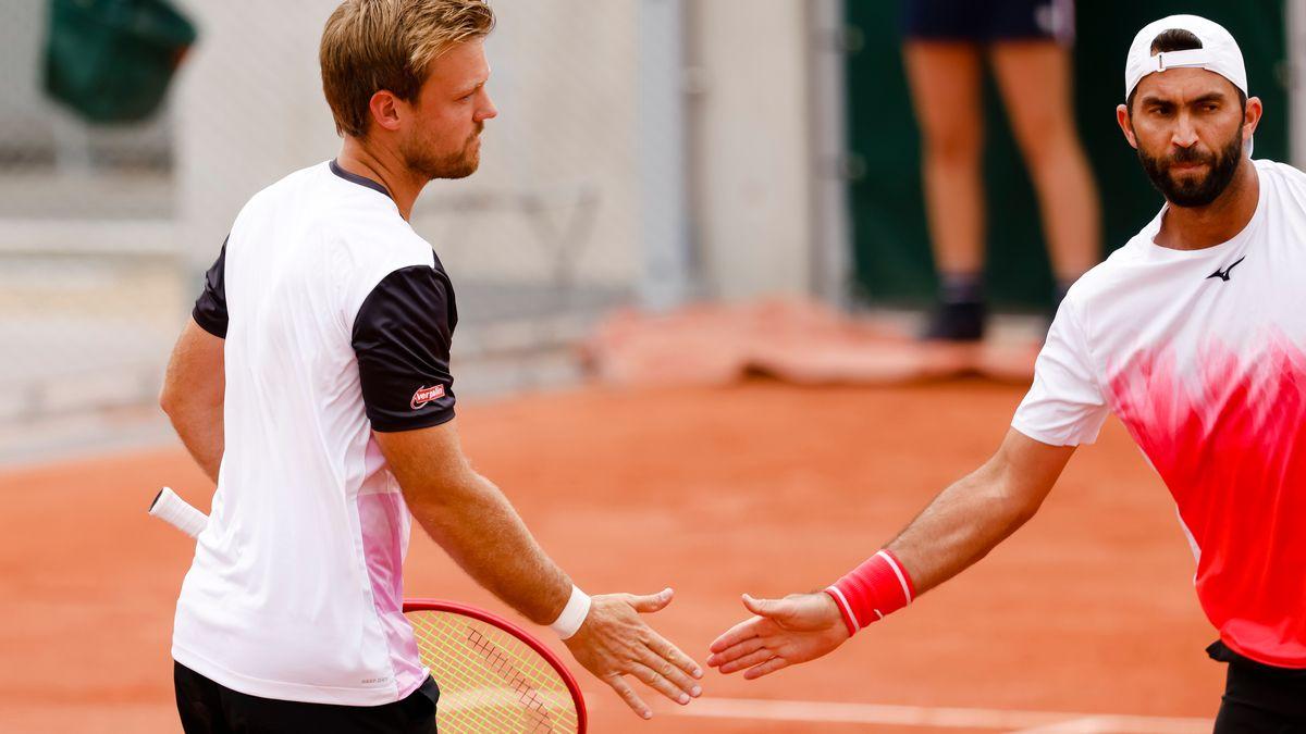 Kevin Krawietz (links) und sein rumänischer Partner Horia Tecau klatschen sich mit den Händen ab.