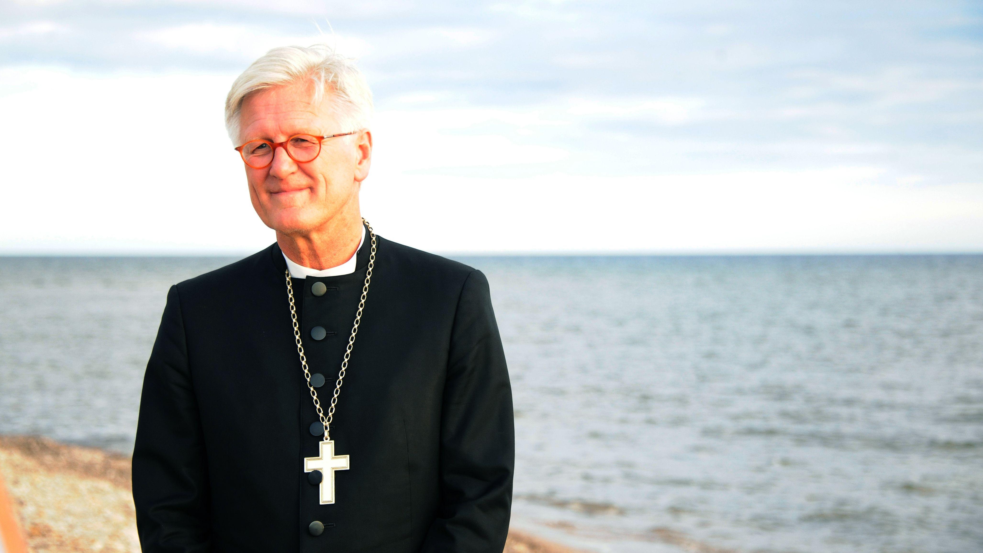 Der Vorsitzende der evangelischen Kirche in Deutschland (EKD) Heinrich Bedford-Strohm am Mittelmeer.