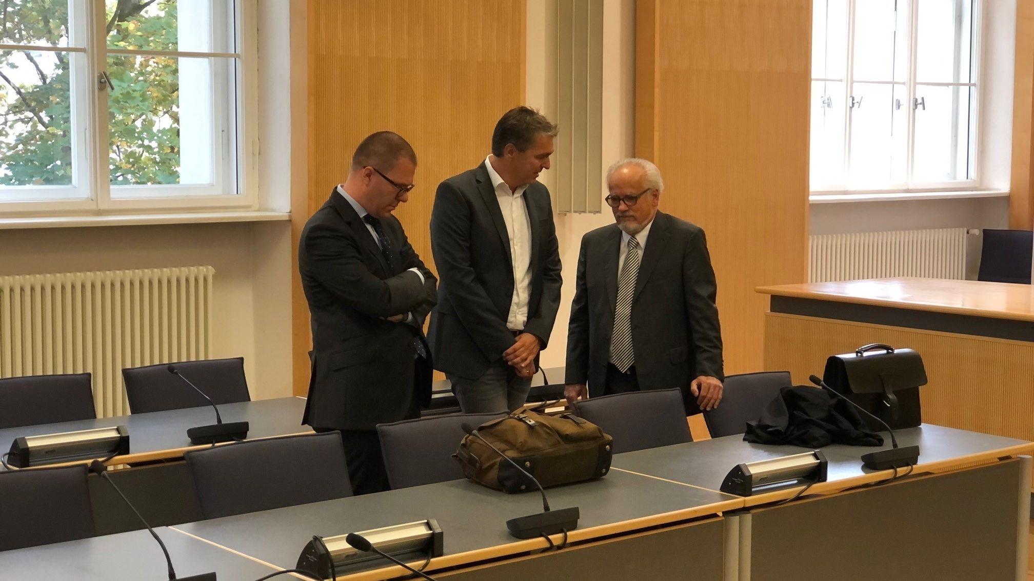 Der Ex-Geschäftsführer von Bayern-Ei (Mitte) mit seinen Verteidigern