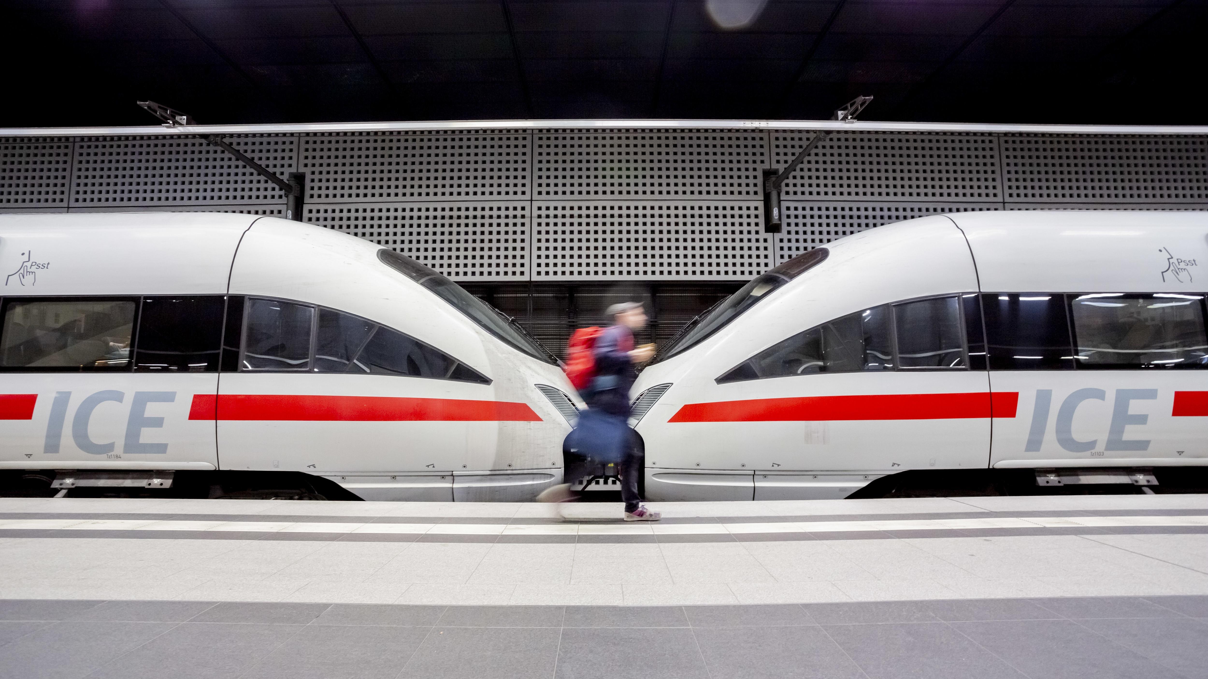 Berlin: Ein Mann läuft im Berliner Hauptbahnhof an einem ICE entlang.
