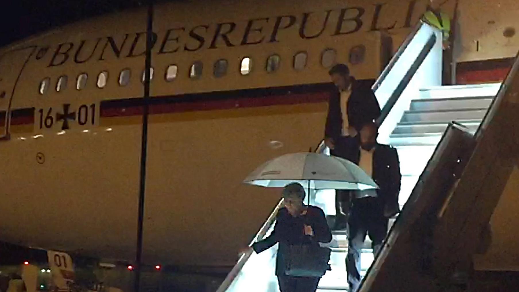Bundeskanzlerin Angela Merkel verlässt Regierungsmaschine