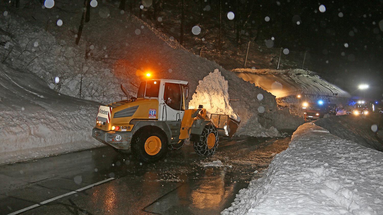 Ein Radlader einer Inzeller Baufirma, die auch im Winterdienst mithilft, räumte die Bundesstraße wieder frei.