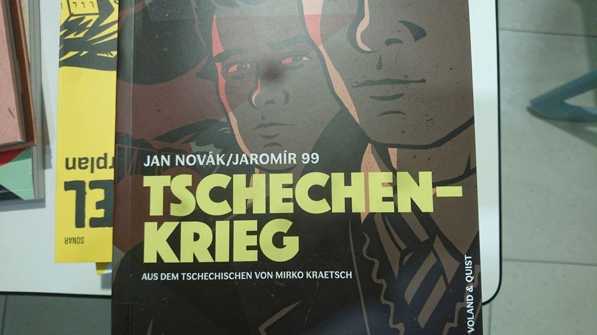 Cover tschechischer Comics liegen auf einem Tisch.