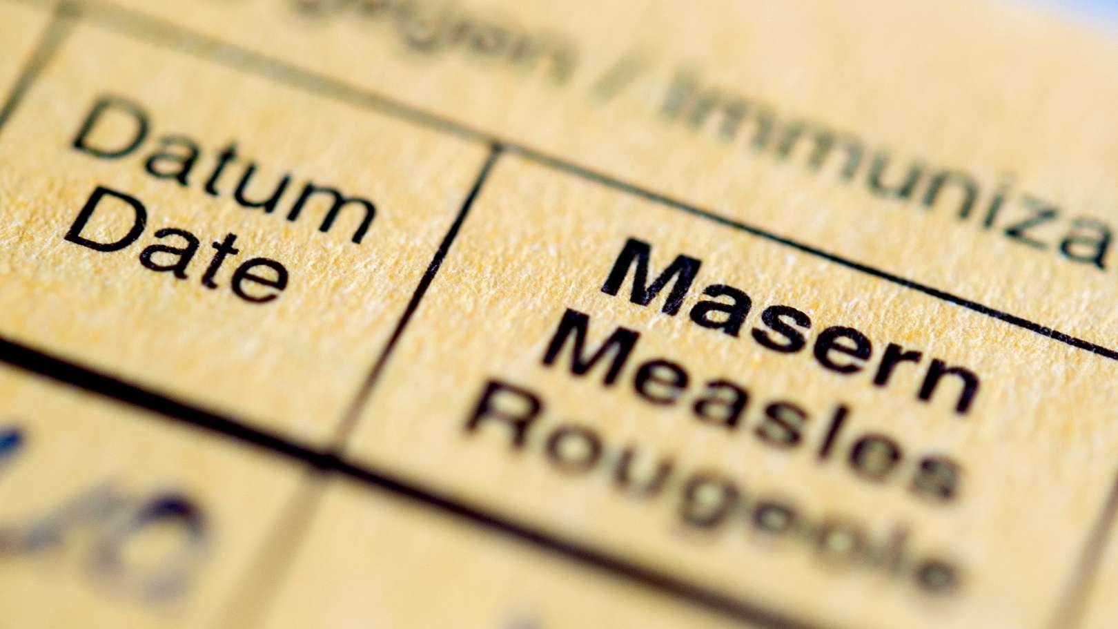 """Die Aufschrift """"Masern"""" steht auf einem Impfpass"""