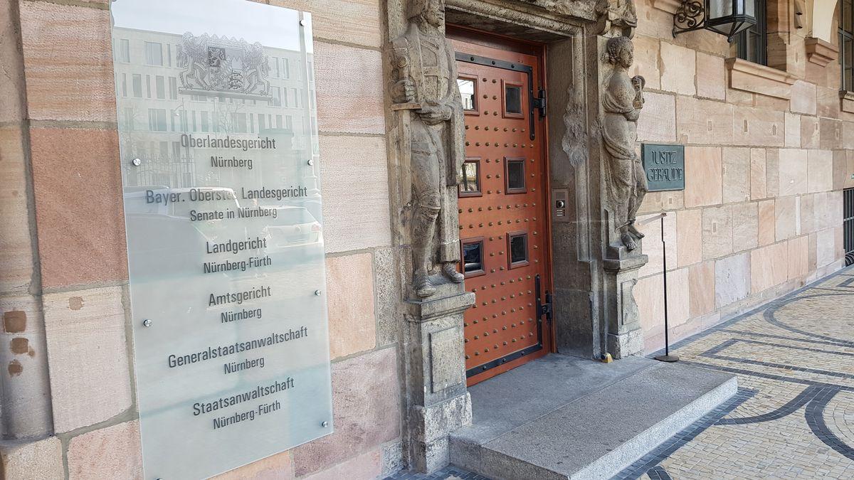 Der Eingang des Nürnberger Justizpalasts