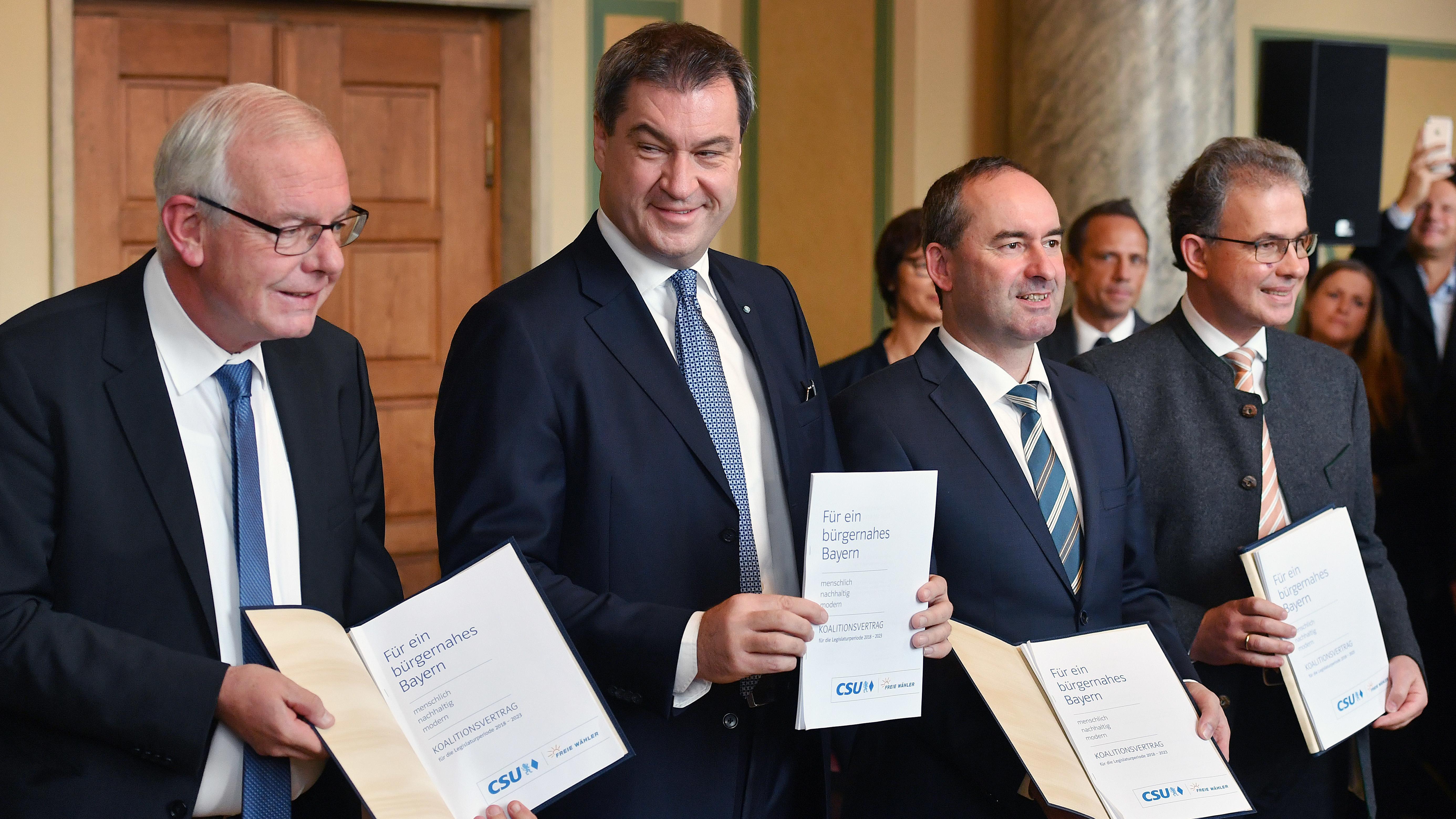 Die Spitzen von CSU und Freien Wählern bei der Unterzeichnung des Koalitionsvertrags