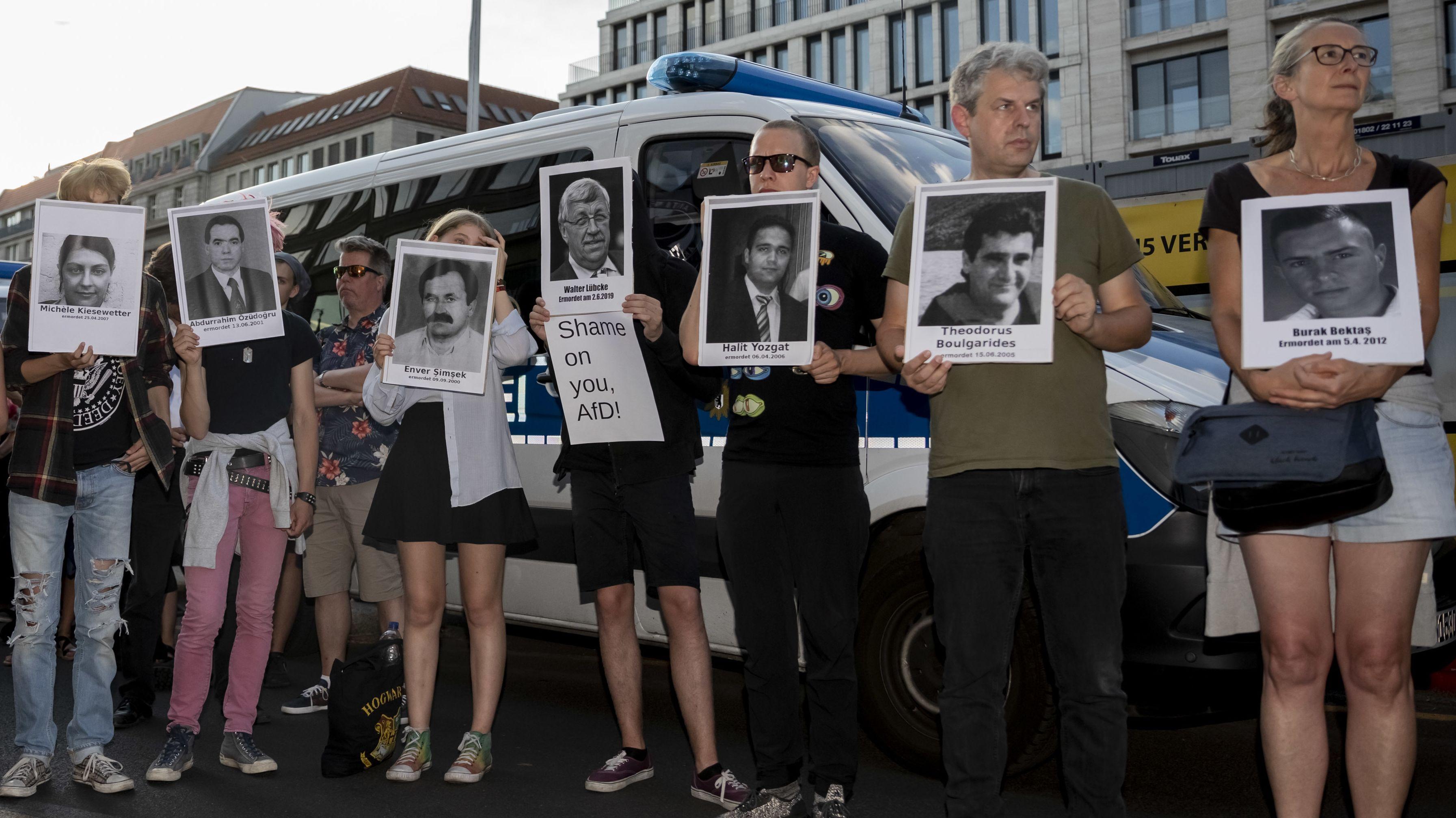 Teilnehmer einer Kundgebung in Berlin gegen rechte Gewalt halten Bilder von NSU-Opfern und dem ermordeten Kassler Regierungspräsidenten Lübcke hoch.