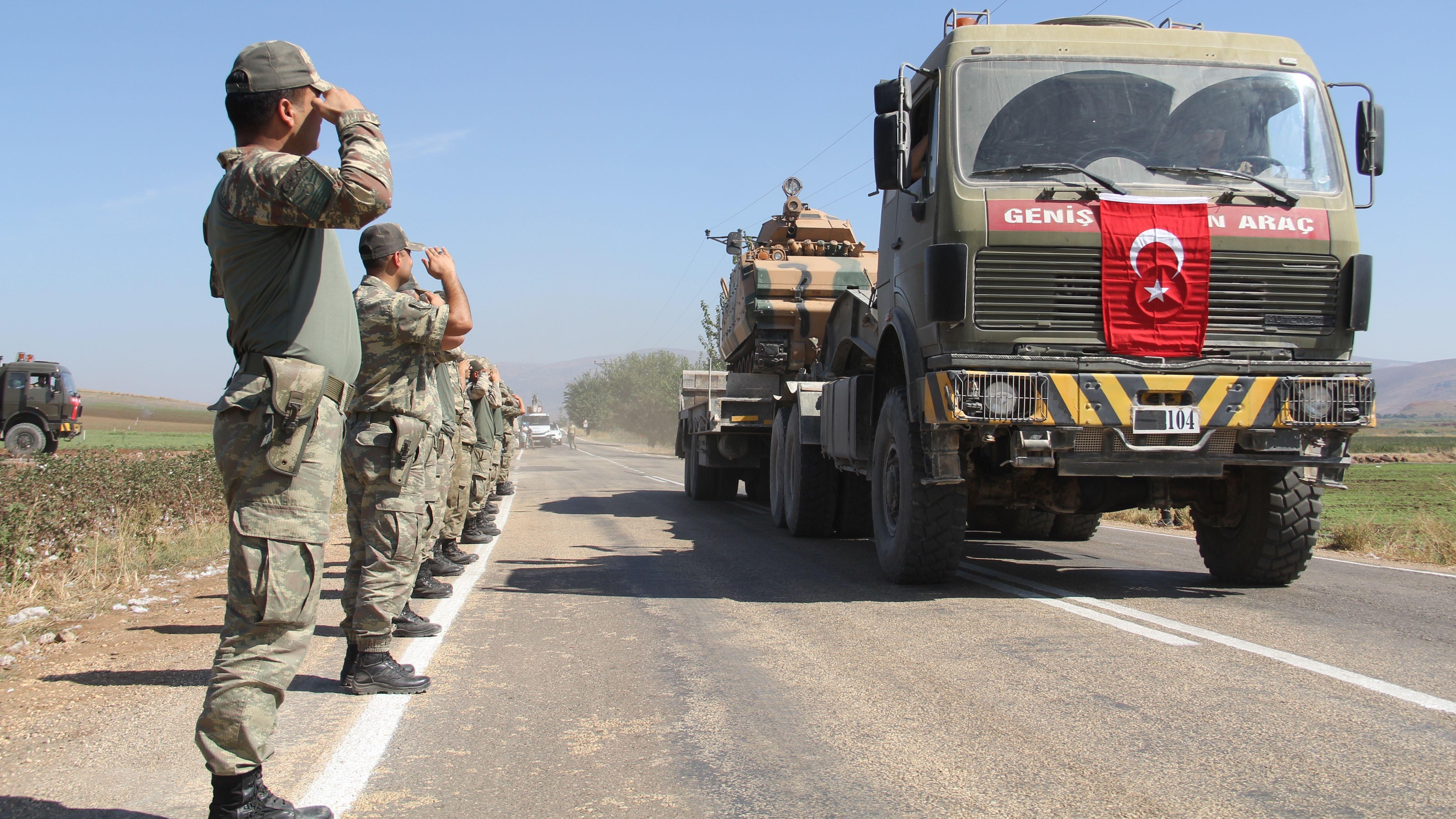 Türkisches Militär auf dem Weg an die syrische Grenze