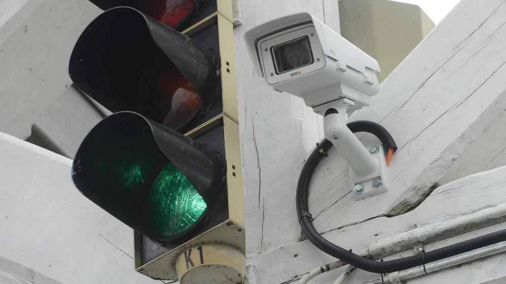 Überwachungskamera neben einer Ampel   Bild:pa / dpa / Stefan Sauer
