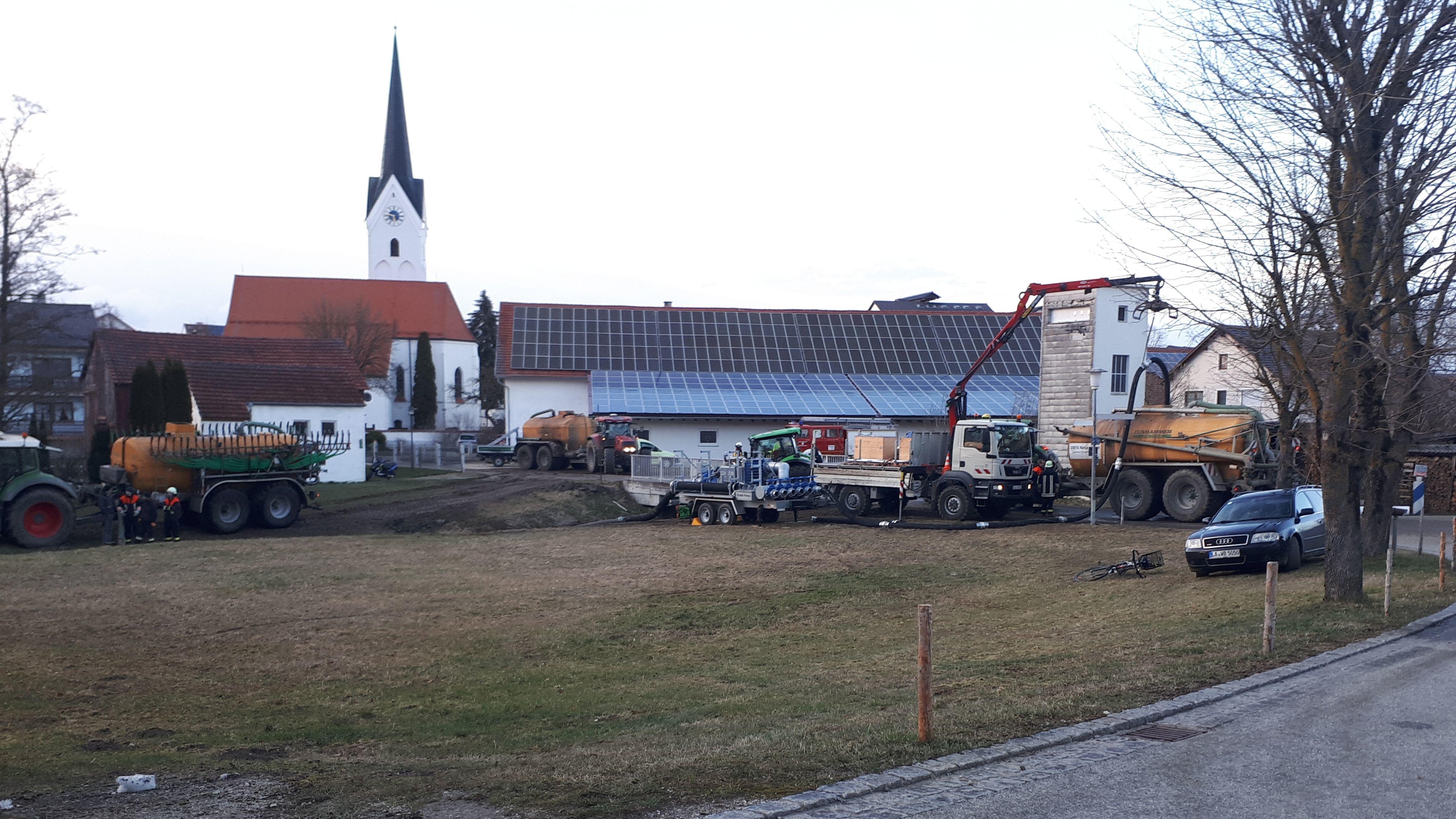 Um noch größeren Schaden zu verhindern, hatten die Einsatzkräfte am Mittwoch die Große Laaber flussabwärts bis Pfeffenhausen aufgestaut.