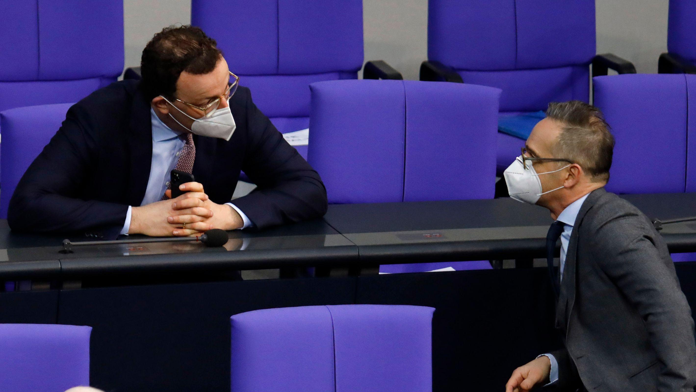 Jens Spahn (l.) und Heiko Maas im Bundestag (Archivbild vom 21.2.2021)