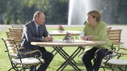 Dieses von Sputnik Kremlin zur Verfügung gestellte Foto zeigt Bundeskanzlerin Angela Merkel (CDU) bei einem Treffen mit Wladimir Putin, Präsident von Russland, auf Schloss Meseberg.  | Bild:dpa-Bildfunk/Alexei Druzhinin