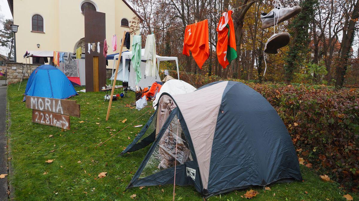 Zelte und Kleidung an einer Leine vor Fürther Kirche