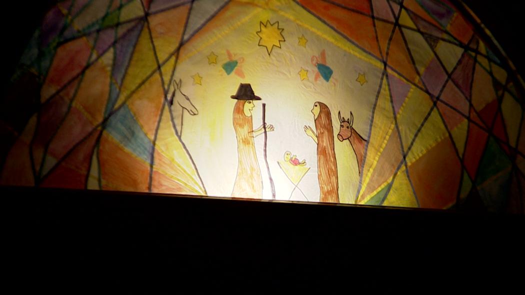 Bemaltes Fenster mit einer Krippe